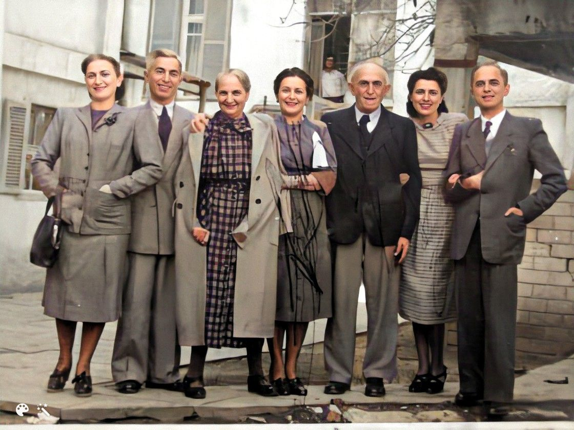 Group photo of Mendel, wife Perla and their children, Tel-Aviv, 1949